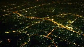 Vista de las luces de la noche de la opinión aérea de la ciudad grande