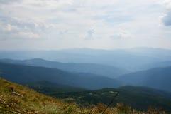 Vista de las montañas azules Fotos de archivo libres de regalías