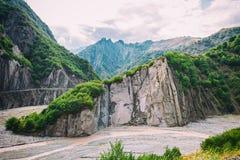 Vista de las montañas Babadag y un yolu fangoso de Girdimanchay Lahij del río del lado en el pueblo de Lahic, Azerbaijan imagenes de archivo