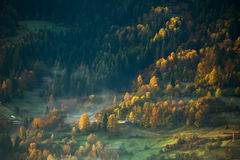 Vista de las montañas brumosas de la niebla en otoño Imagen de archivo libre de regalías