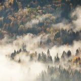 Vista de las montañas brumosas de la niebla en otoño Imagen de archivo