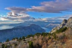 Vista de las montañas de la bahía de Kotor, Montenegro Imagenes de archivo