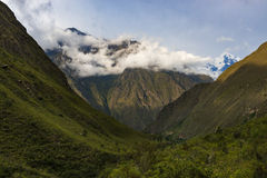 Vista de las montañas de los Andes a lo largo del rastro del inca en el valle sagrado, Perú imagen de archivo