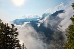 Vista de las montañas, del bosque y del cielo azul con las nubes en el VI fotografía de archivo