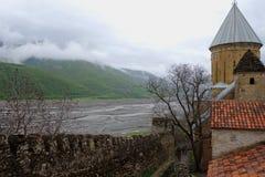 Vista de las montañas niebla-cubiertas de la pared del castillo de Ananuri imagenes de archivo