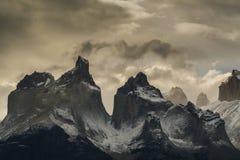 Vista de las montañas de Torres en el parque nacional de Torres del Peine durante puesta del sol Recubrimiento del patagonism, el fotografía de archivo