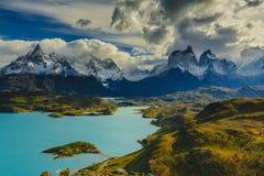 Vista de las montañas de Torres en el parque nacional de Torres del Peine durante salida del sol Otoño en la Patagonia, el lado c fotografía de archivo
