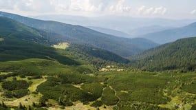 Vista de las montañas de una opinión del ojo del ` s del pájaro Fotografía de archivo libre de regalías