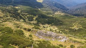 Vista de las montañas de una opinión del ojo del ` s del pájaro Fotos de archivo