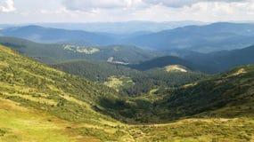 Vista de las montañas de una opinión del ojo del ` s del pájaro Fotos de archivo libres de regalías