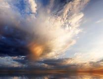 Vista de las nubes de la tempestad de truenos fotografía de archivo