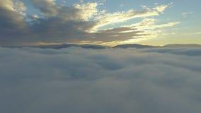 Vista de las nubes del avión el volar sobre la tierra metrajes