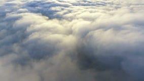 Vista de las nubes del avión el volar sobre la tierra almacen de video