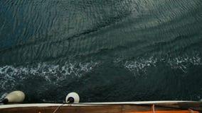 Vista de las ondas del mar de la pequeña nave almacen de video