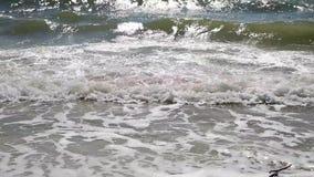vista de las ondas del Mar Negro en un día soleado del verano metrajes