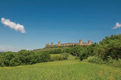 Vista de las paredes de piedra de la aldea de Monteriggioni encima de la colina Fotografía de archivo libre de regalías