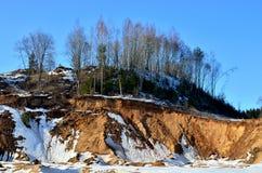 Vista de las pequeñas montañas en el a cielo abierto con los pinos y de las piceas en la nieve en invierno fotos de archivo