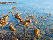 Vista de las rocas en el mar Mar Mediterráneo, Alghero, Cerdeña, Italia Fotografía de archivo