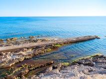 Vista de las rocas en el mar Mar Mediterráneo, Alghero, Cerdeña, Italia Imágenes de archivo libres de regalías