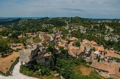 Vista de las ruinas del castillo de Baux-de-Provence en la colina Foto de archivo libre de regalías
