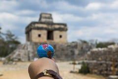 Vista de las ruinas del dzibilchantun que está a solamente 10 minutos de la ciudad imágenes de archivo libres de regalías