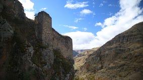Vista de las ruinas de una fortaleza antigua almacen de metraje de vídeo