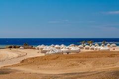 Vista de las tiendas de lona beduinas en Sunny Day en la playa en Marsa Alam foto de archivo libre de regalías