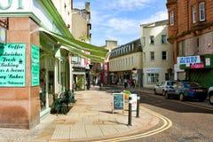 Vista de las tiendas y de los cafés de la calle principal en Kirkcaldy Fotos de archivo libres de regalías