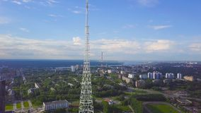 Vista de las torres de comunicación con el cielo azul, la montaña y el fondo del paisaje urbano vídeo Vista superior de la torre  imagen de archivo libre de regalías