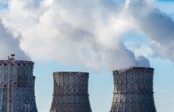 Vista de las torres de enfriamiento de la central nuclear con el humo o el vapor blanco Foto de archivo libre de regalías