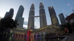Vista de las torres de Petronas almacen de metraje de vídeo