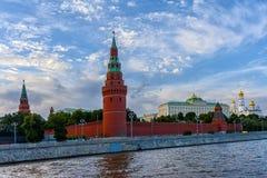 Vista de las torres y de las catedrales del Kremlin del río de Moscú Fotos de archivo
