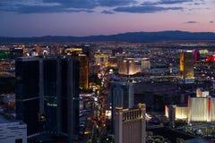 Vista de Las Vegas de la torre de la estratosfera en la noche foto de archivo