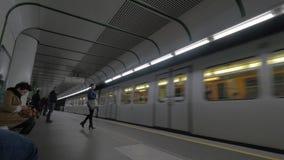Vista de llegadas del tren en la estación de metro y la gente que entran, Viena, Austria metrajes