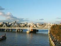 Vista de Londres Thames y puente cable-permanecido Imagen de archivo