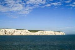 Vista de los acantilados blancos de Dover del mar Imágenes de archivo libres de regalías