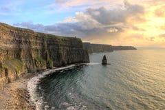 Vista de los acantilados de Moher en la puesta del sol en Irlanda. Foto de archivo libre de regalías