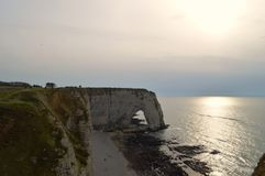 Vista de los acantilados Etretat - puesta del sol de Normandía naturaleza, océano, roca y cielo foto de archivo