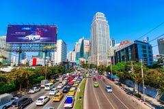 Vista de los altos edificios céntricos y del tráfico de la subida de Bangkok imágenes de archivo libres de regalías