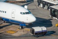 Vista de los aviones de la nariz, conectada con los aviones después de la llegada en el aeropuerto del destino Autobuses con espe foto de archivo libre de regalías