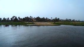 Vista de los bancos de las casas de Nile Luxor metrajes