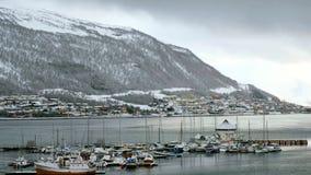 Vista de los barcos en el puerto de Tromso, Noruega en invierno almacen de metraje de vídeo