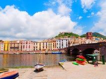 Vista de los barcos de pesca y de las casas coloridas hermosas en la ciudad de Bosa provincia de Oristán, Cerdeña, Italia Fotos de archivo