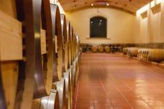 Vista de los barriles de vino de madera apilados fotos de archivo