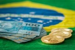 Vista de los bitcoins en el fondo de la bandera brasileña imagen de archivo libre de regalías