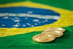 Vista de los bitcoins en el fondo de la bandera brasileña fotografía de archivo libre de regalías