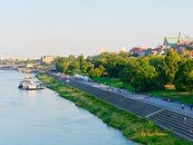 Vista de los bulevares del Vístula en Varsovia y de la vida en la ciudad Imagen de archivo libre de regalías