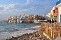 Vista de los cafés de la costa y de las casas famosos de la ciudad de Mykonos Fotos de archivo libres de regalías