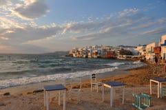 Vista de los cafés de la costa y de las casas famosos de la ciudad de Mykonos Imagenes de archivo