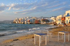 Vista de los cafés de la costa y de las casas famosos de la ciudad de Mykonos Imagen de archivo
